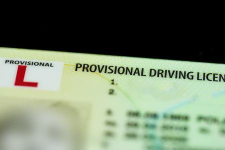 Gros plan d'une licence de conduite provisoire britannique.