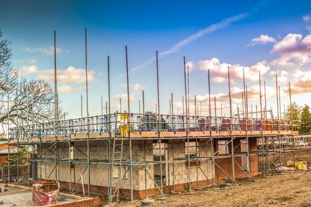 Obra de construcción construyendo una nueva casa de ladrillo