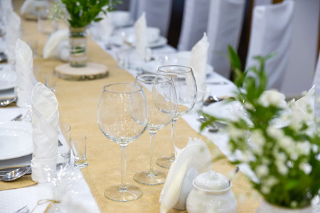 Wedding table set for fine dining or other catered event, center-piece Foto de archivo