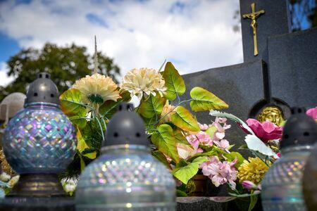 Diese Aufnahme dieser Kerzen wurde in einem Friedhof in Polen aufgenommen