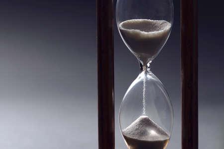 Sablier comme concept de dépassement du temps pour les entreprises étudiant la date limite, l'urgence et le manque de temps. Banque d'images