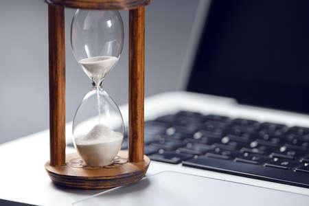 Clessidra come concetto di passaggio del tempo per affari che studiano scadenza, urgenza e mancanza di tempo.
