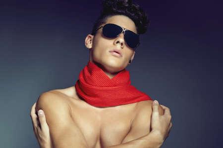hair man: Mode beaut� portrait d'un jeune homme avec des lunettes de soleil et un foulard sur fond bleu