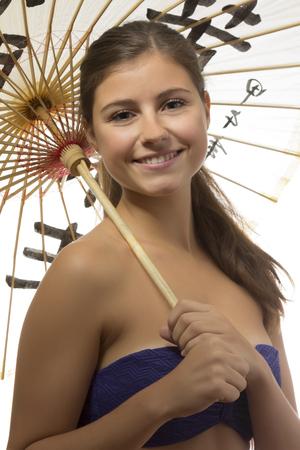 Einem schönen lächelnden Teenager-Mädchen mit einem chinesischen Dach in weißem Hintergrund Standard-Bild - 45393961