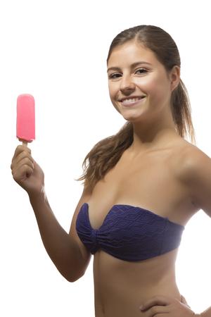 maillot de bain fille: un beau portrait adolescente glace tenant popsicle dans un fond blanc