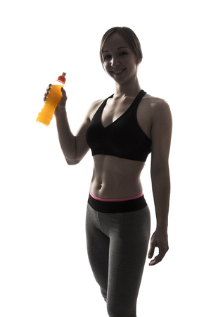 siluetas mujeres: una hermosa gimnasio bebida energ�tica de fitness mujer deporte potable silueta sobre fondo blanco