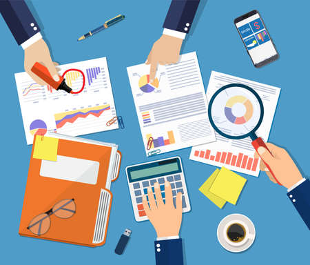 Hand met vergrootglas en calculator, analyse van financieel rapport. Financiële audit concept. Berekening. Auditingproces controleren. Business achtergrond. Vectorillustratie in platte ontwerp