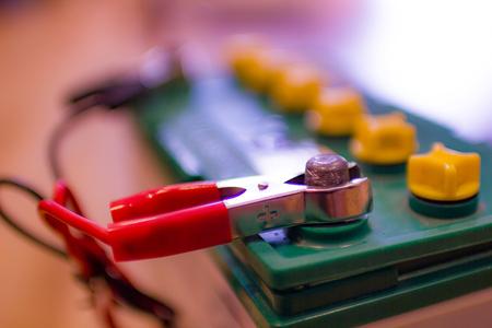 車のバッテリーの正極ジャンパーケーブルの充電 写真素材