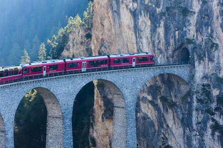 Tren en viaducto de lavandería tierra, Filisur Foto de archivo - 64125985