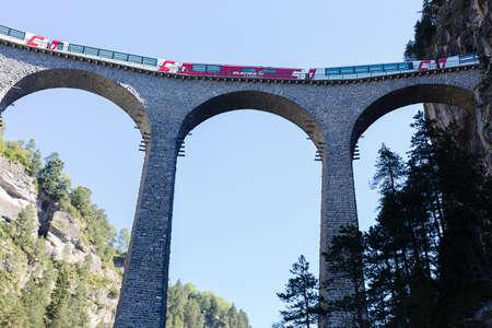 treno espresso: lavanderia incrocio paese Filisur, Express Glacier