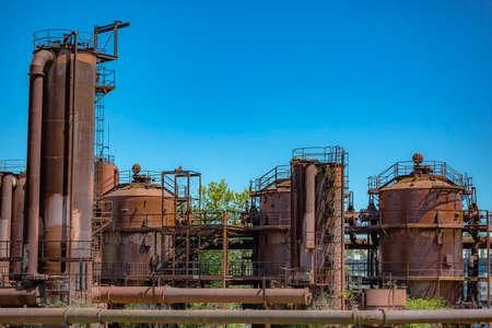 Verlaten machines in een gasindustrie bij gasfabriekenpark Seattle. Machinerieën en opslageenheden in een gasindustrie bij gasfabriekenpark Seattle Stockfoto