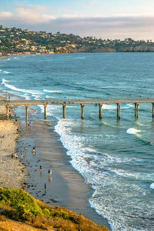 カリフォルニアの桟橋の夕日。カリフォルニアの海岸にスクリップス桟橋付近