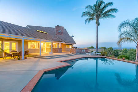 Wonderful views in southern California home with a pool and barbeque. Wonderful California home in San Diego county. Real estate listings with powerful visuals.  版權商用圖片 - 91571176
