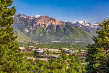 Viste di Salt Lake City con montagne incorniciate della città