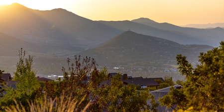山の気候のパークシティの丘の中腹の森の豪華な近所は、背景に谷や他の山の素晴らしい景色を眺めることができます。2018年夏の夕日の景色。