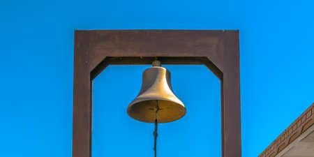 Dzwonek z niebieską liną przymocowany do prostokątnego jarzma