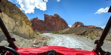 Off roading views with cliffs under a sunny sky 免版税图像