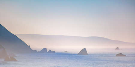 Mountains and sea with a foggy sky in Big Sur CA Foto de archivo