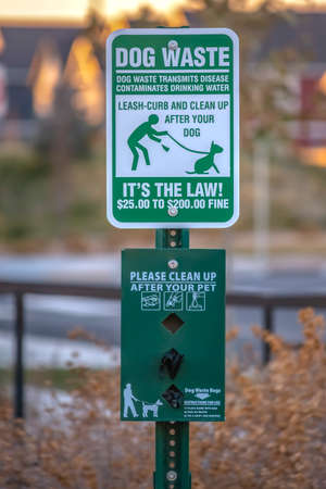 Clean up after your pet warning sign Utah Valley Banque d'images - 115092763