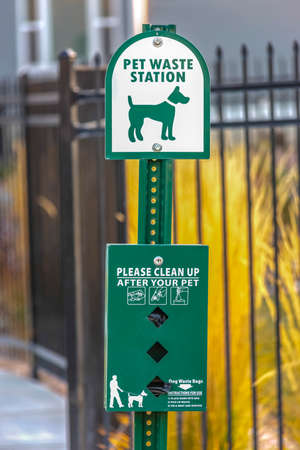 Pet waste station with dog bag dispenser Banque d'images - 115094363
