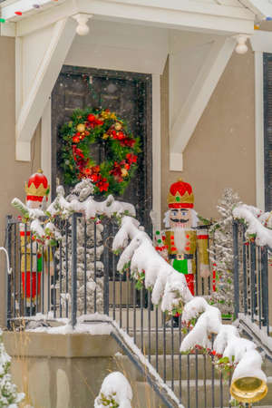 Snowy house entrance decorated for the holidays Banque d'images - 116283795