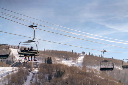 Skiers on ski lift over a ski resort in Park City 写真素材 - 118500365