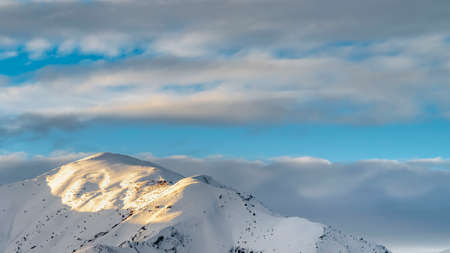 Panorama Remarkable sunlit mountain covered with powdery white snow in winter 版權商用圖片