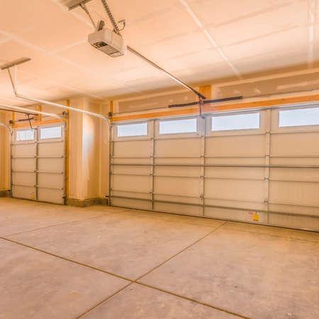 Quadratisches Interieur einer unfertigen Garage mit ungestrichenen Wänden und Decken Standard-Bild