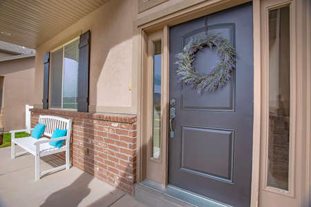Portico e porta d'ingresso con ghirlanda e luci di posizione viste in una giornata di sole