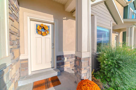 Haustür des modernen Hauses mit Sonnenblumenkranz