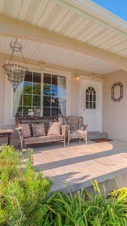 Vertikaler Rahmen Veranda und Garten eines traditionellen Hauses. die Veranda und der Garten eines traditionellen Hauses ohne Menschen.