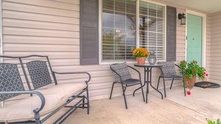 Panoramarahmen Veranda des modernen Hauses mit Gartenmöbeln. Die Veranda eines modernen Vorstadthauses mit Gartenmöbeln.