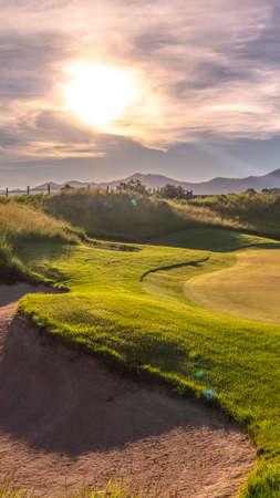 Verticale zandvangers of hindernissen op een golfbaan