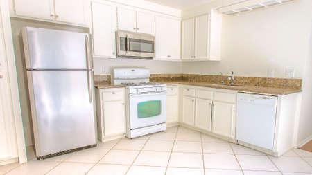 Panoramarahmen Modell-Hausküche in Südkalifornien bereit für ein Immobilien-Shooting