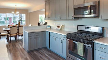 Cadre panoramique Cuisine de maison modèle dans le sud de la Californie prête pour un tournage immobilier