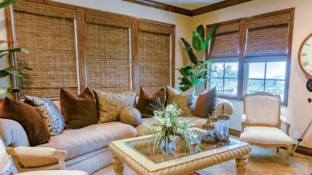 Panoramalijst Bovenste familiekamer met moderne meubels en levendige kamerplanten. Prachtig huis onroerend goed in Californië met krachtige visuals.