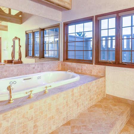 Cuadrado Luminoso, abierto y con baño con techos abovedados y una maravillosa bañera. Maravillosa casa de California en el condado de San Diego. Listados de bienes raíces con imágenes poderosas. Foto de archivo