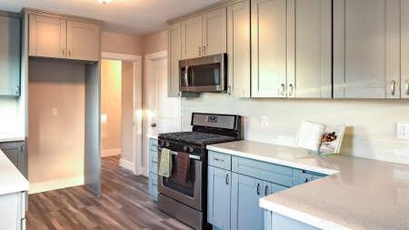 Modelo de marco panorámico de cocina casera en el sur de California listo para una sesión de bienes raíces Foto de archivo