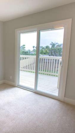 Cornice verticale Camera da letto vuota in una casa modello nel sud della California