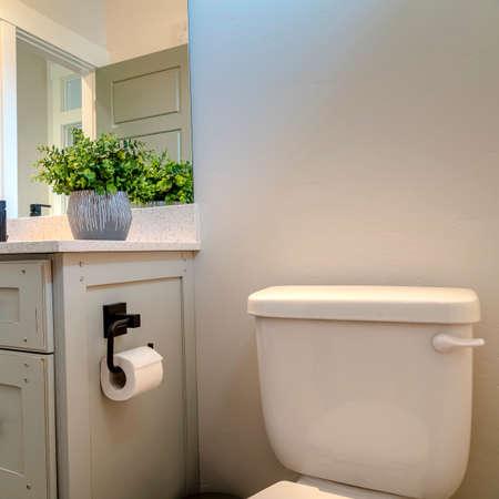Foto Vierkant frame ijdelheid kast en toilet in de badkamer van thuis met witte muur