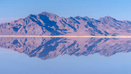 Panorama Mountains reflected as mirror image in still water 版權商用圖片
