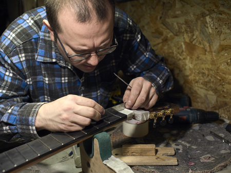 In the guitar workshop, Guitars Luthiers checks the accuracy of the Nut setting.
