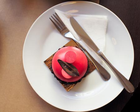 Pistachio sponge cake with raspberry mousse and chocolate-waffle crispy interlayer. Imagens