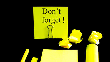 Yellow sticky note do not forget on black background Banque d'images