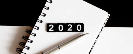 Business Words on notepad 2020 with pen Stockfoto