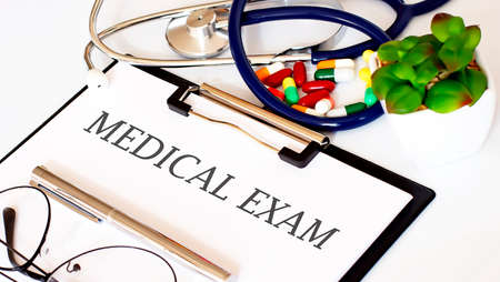 MEDICAL EXAM text with Background of Medicaments, Stethoscope Standard-Bild