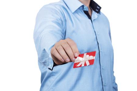 tarjeta visa: Hombre que sostiene la tarjeta de regalo