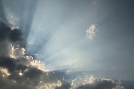 Blauer Himmel mit Sonnenstrahl Lizenzfreie Bilder