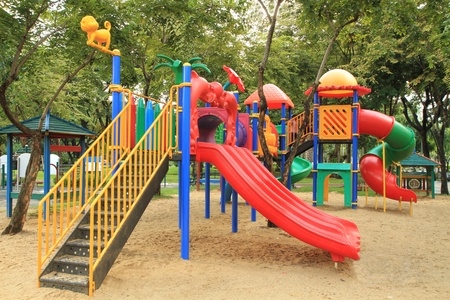 children at playground: Parque infantil colorido en el Parque
