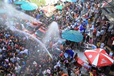 BANGKOK - 13. April Menschenmenge feiert das traditionelle Neujahrsfest Songkran, 13. April 2012, Silom Road, Bangkok, Thailand